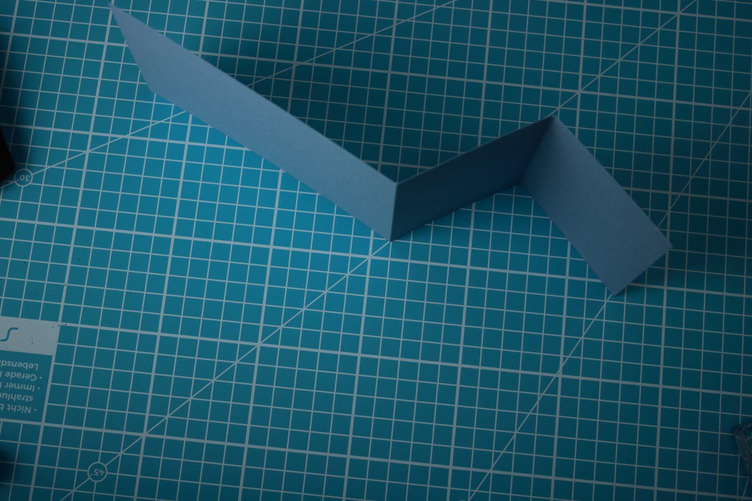 Angefangen hab ich mit einem Farbkarton mit den Maßen 10,5 cm x 29,85 cm. Diesen habe ich bei 14,9 cm und 7,45 cm gefalzt.