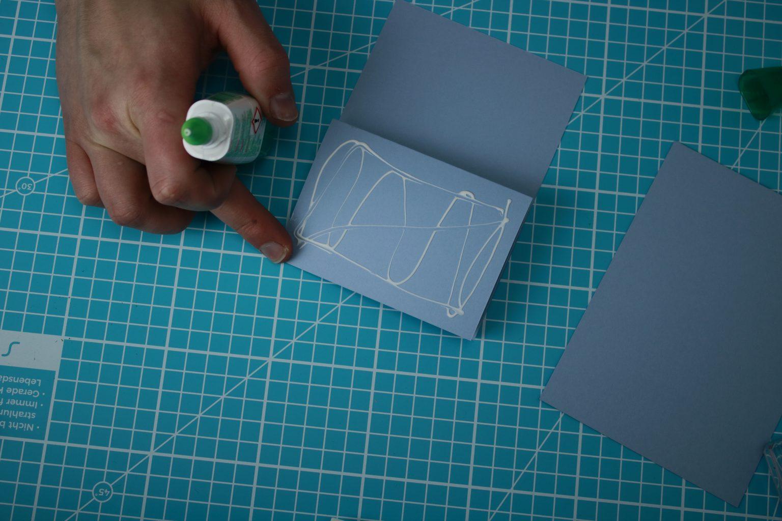 Anschließend habe ich den Farbkarton 10,5 cm x 14,9 auf die obere Fläche 10,5 cm x  7,45 cm mit Flüssigkleber geklebt.