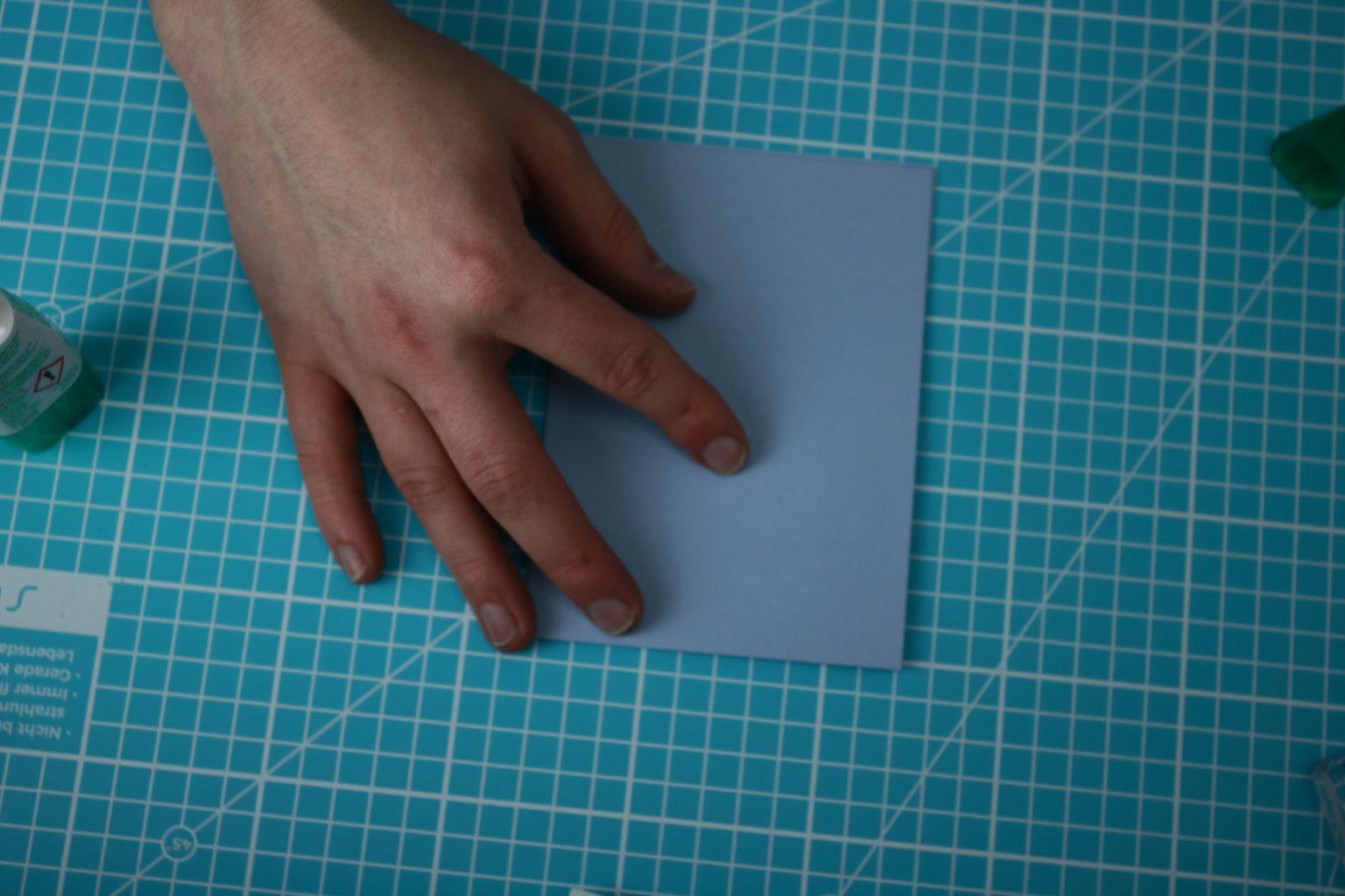 Dann habe ich einen weiteren Farbkarton auf 10,5 cm x 14,9 cm zugeschnitten.