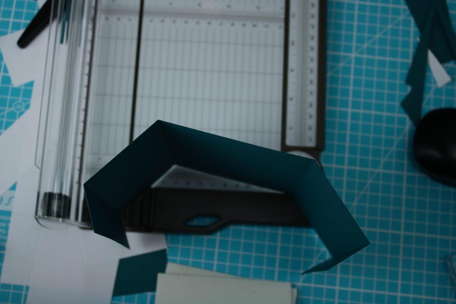 Gefalzt hab ich diesen von beiden Seiten symetrisch bei 3 cm und 8,9 cm.