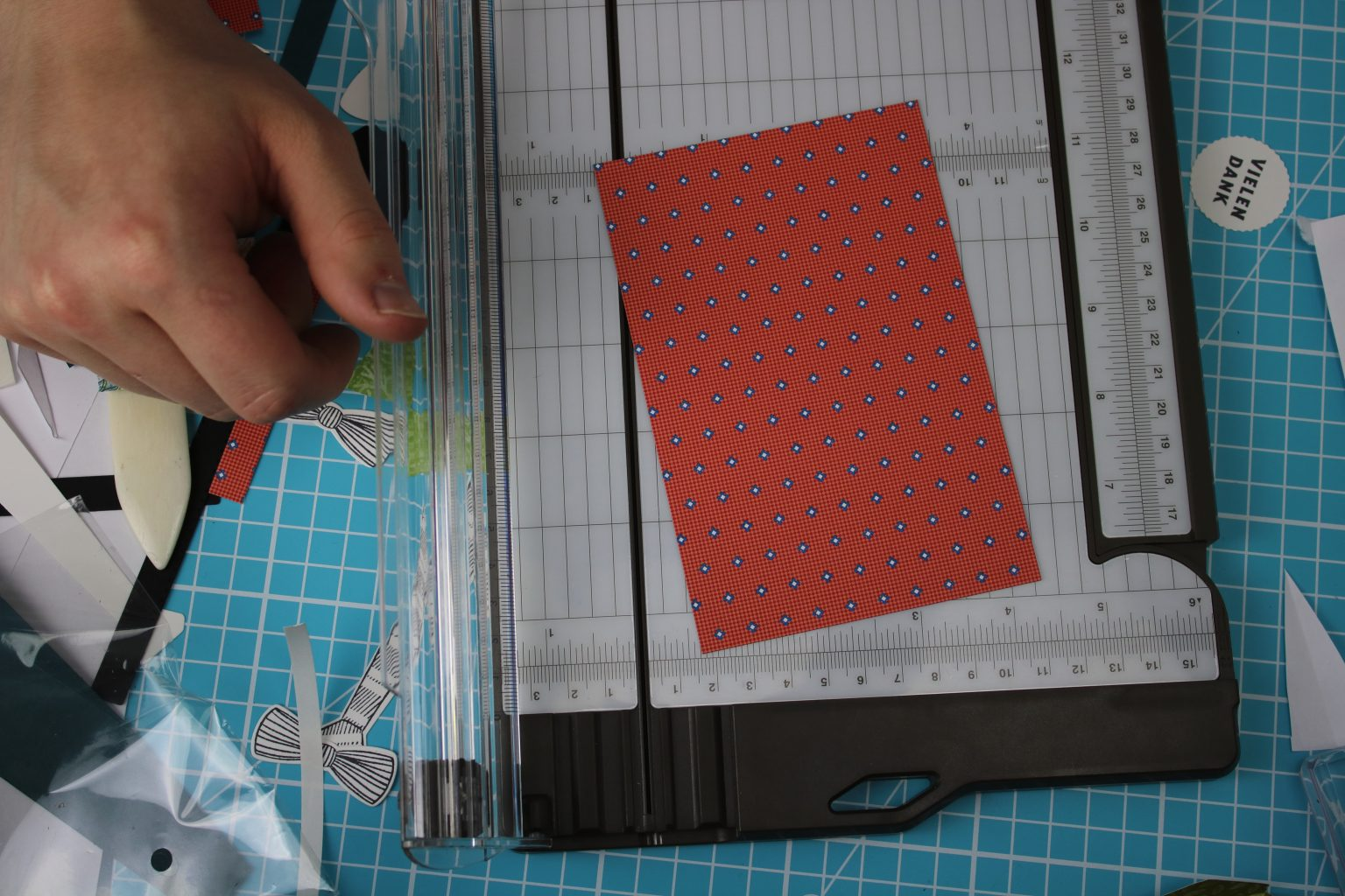 """Für das Hemd habe ich Designerpapier """"Wie maßgeschneidert"""" zugeschnitten,"""